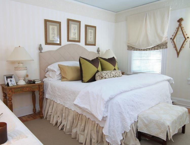 Vintage Bett mit gepolstertem Kopfteil und antiker Nachttisch - Schlafzimmer Landhausstil Weiß