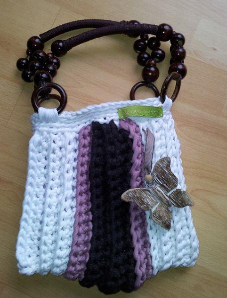 Schöne Handtasche aus Baumwoll-Bändchengarn in weiß mit Streifen in rosa und braun sowie einem Schmetterling-Holzanhänger - ein echtes Unikat von goldfish:hh!