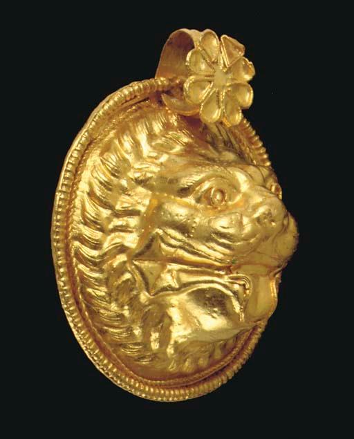 A GREEK GOLD LION HEAD PENDANT CLASSICAL PERIOD, CIRCA LATE 5TH-EARLY 4TH CENTURY B.C.