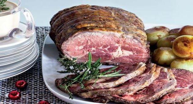 Roast beef con cebollitas especiadas y salsa a la pimienta rosa