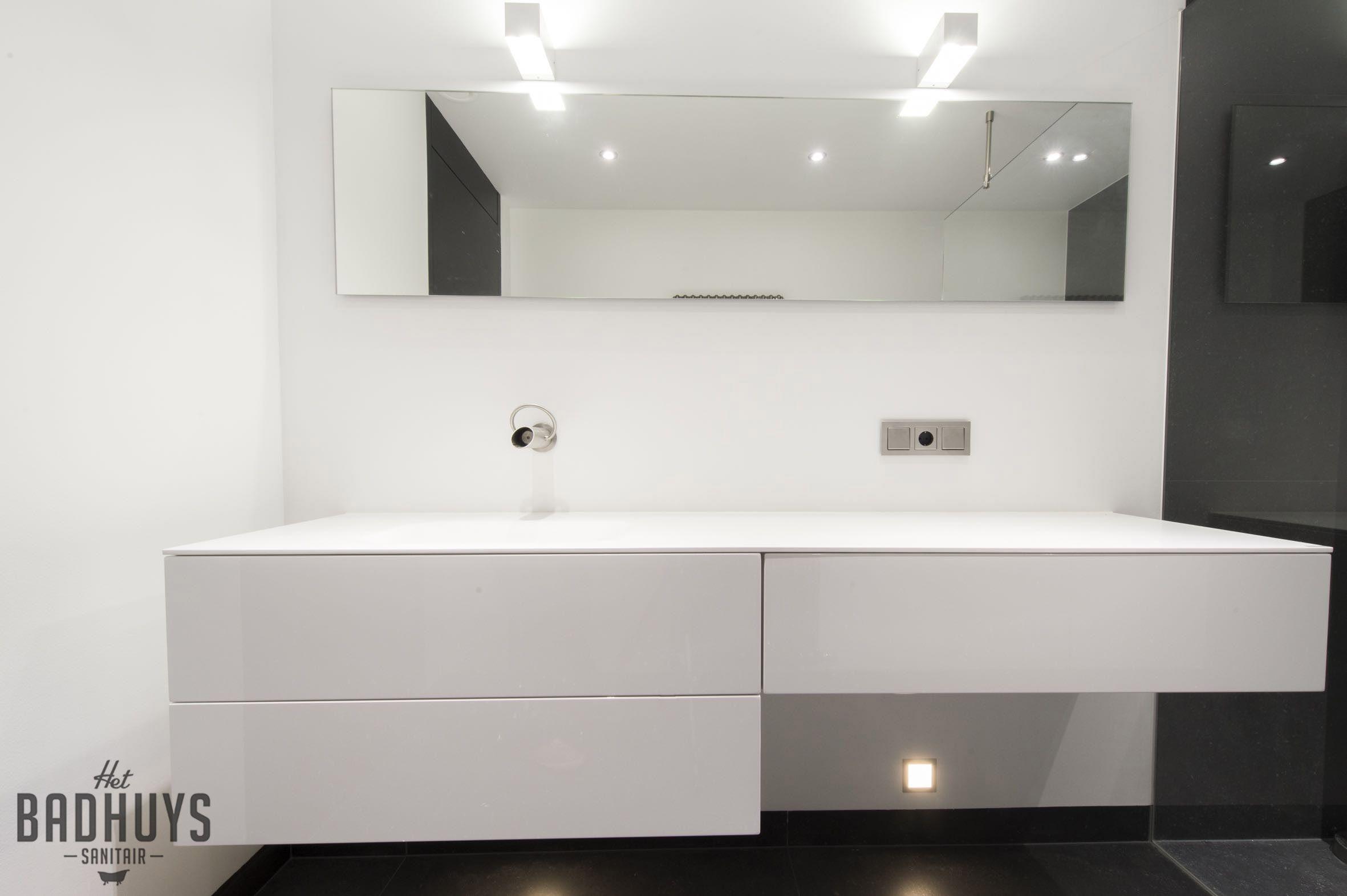 Minimalistische badkamer combinatie zwart en wit het badhuys