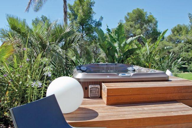 Spa Jacuzzi® J-480™ encastré dans une terrasse en bois Spas