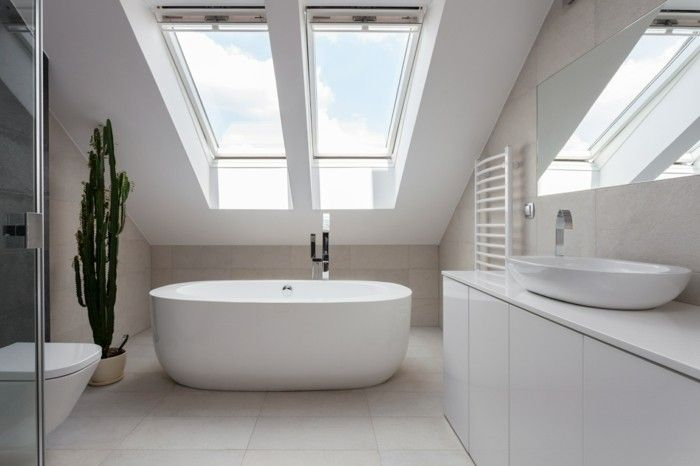 Badezimmer Auf Dem Dachboden Realisierter Traum Freistehende Badewanne  Dachfenster Alles Weiß Viel Tageslicht Blickfang   Kaktus