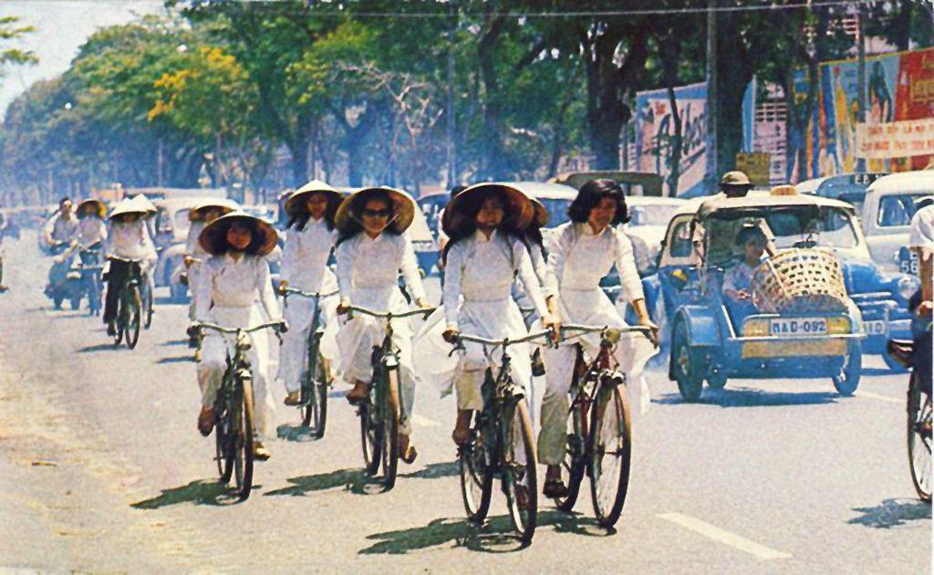 Le studentessa sulla strada a scuola http://viaggivietnam.asiatica.com/