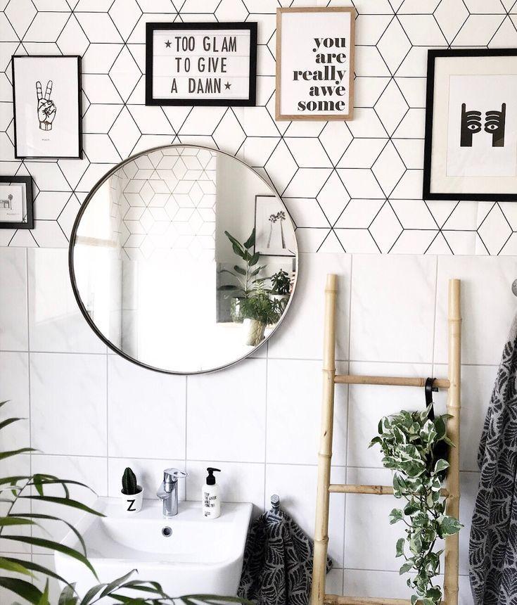 Bilderwand Im Badezimmer Inspiration Interior Badezimmer Wanddeko Schwarzweiss Gestreifte Tapete Badezimmerideen Wallpaper Inspiration