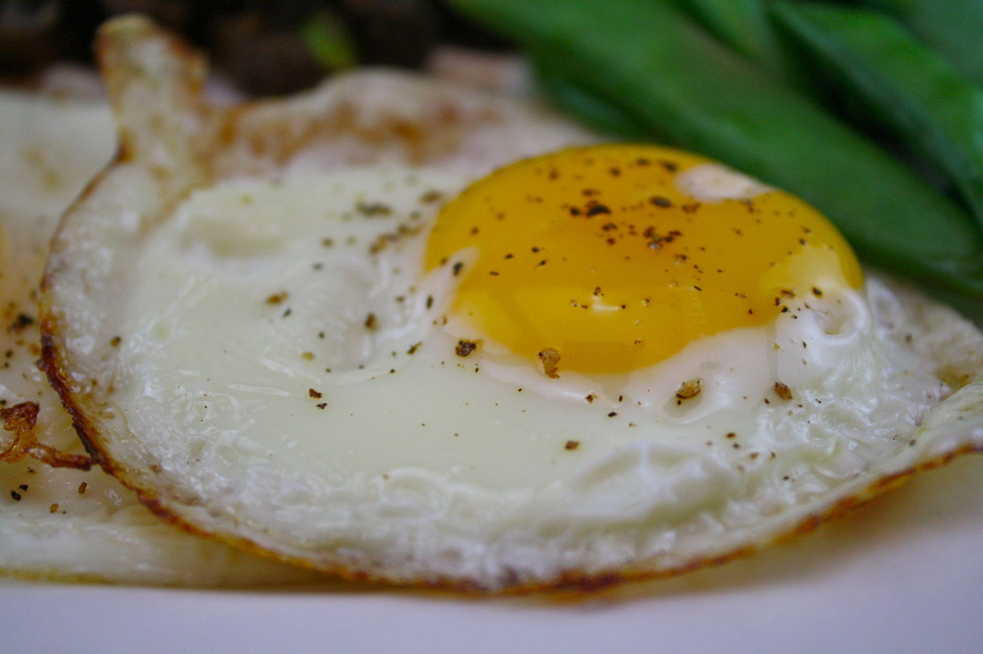 Fazer um ovo frito perfeito não tem segredo nenhum, mas algumas dicas podem fazer toda a diferença. Descubra aqui no post!