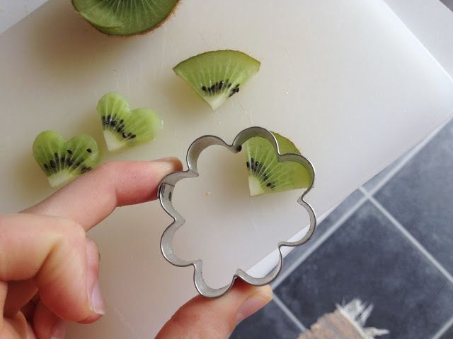 How to make adorable kiwi hearts for decoration of cakes! #lifehack
