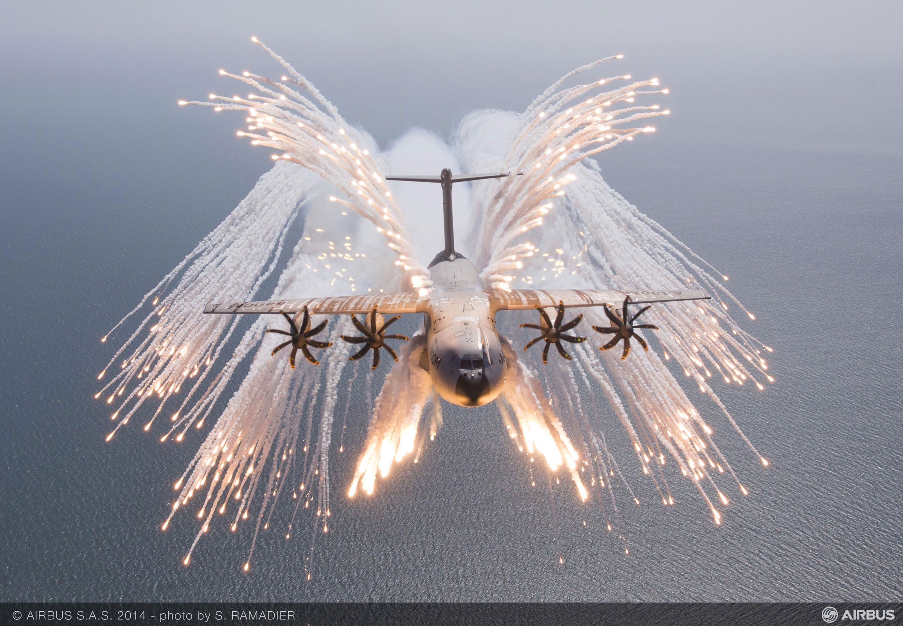 An Airbus A400M Atlas using its flares [2950x2044] (With