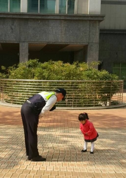 Adorable girl warms hearts as she greets policemen every morning | http://www.allkpop.com/buzz/2015/05/adorable-girl-warms-hearts-as-she-greets-policemen-every-morning