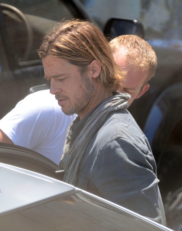 Brad Pitt Brings His Hotness And His Ipad To Work On World War Z Brad Pitt Long Hair Brad Pitt Brad Pitt Hair
