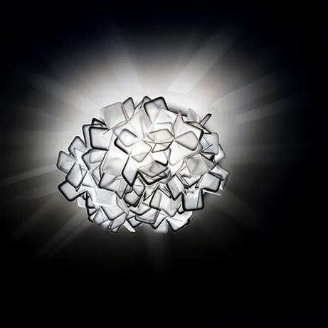 Потолочный светильник CLIZIA с оригинальным дизайном. Плафон белого цвета с черными элементами выполнен из необычного материала под названием OPALFLEX. Это эксклюзивный запатентованный материал, получаемый путем смешивания технополимеров и стеклянных волокон. Этот материал придает светильникам SLAMP прозрачность стекла, гарантируя в то же время прочность и универсальность. Светильник может использоваться как настенный. Дизайн: Adriano Rachele.