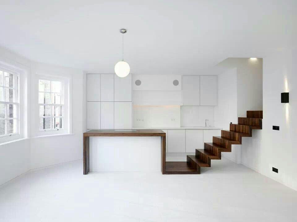 Espectacular cocina en blanco con un toque en madera a juego en la ...