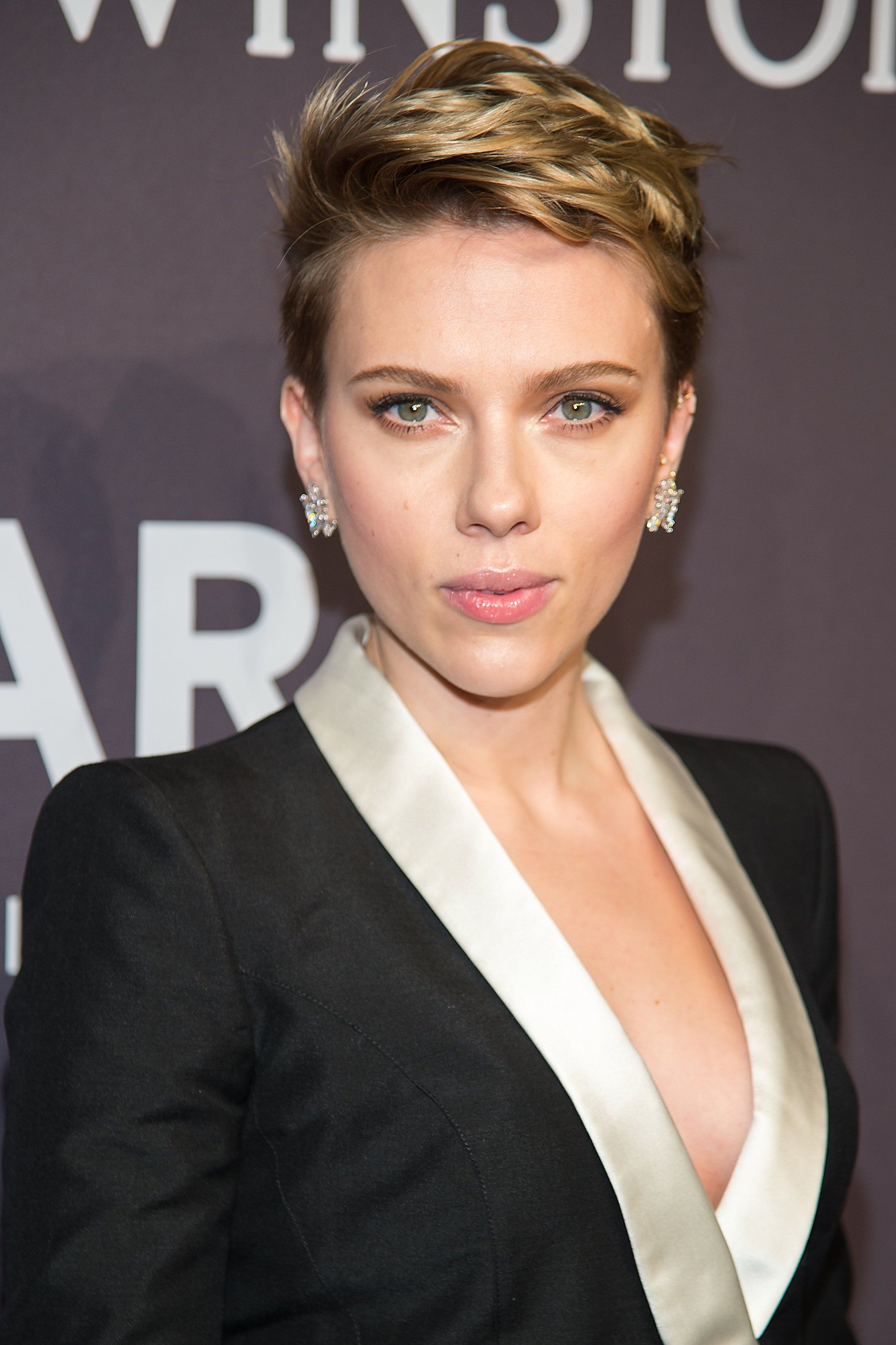 Scarlett strikes a Marilyn, makes me want redlipstick images