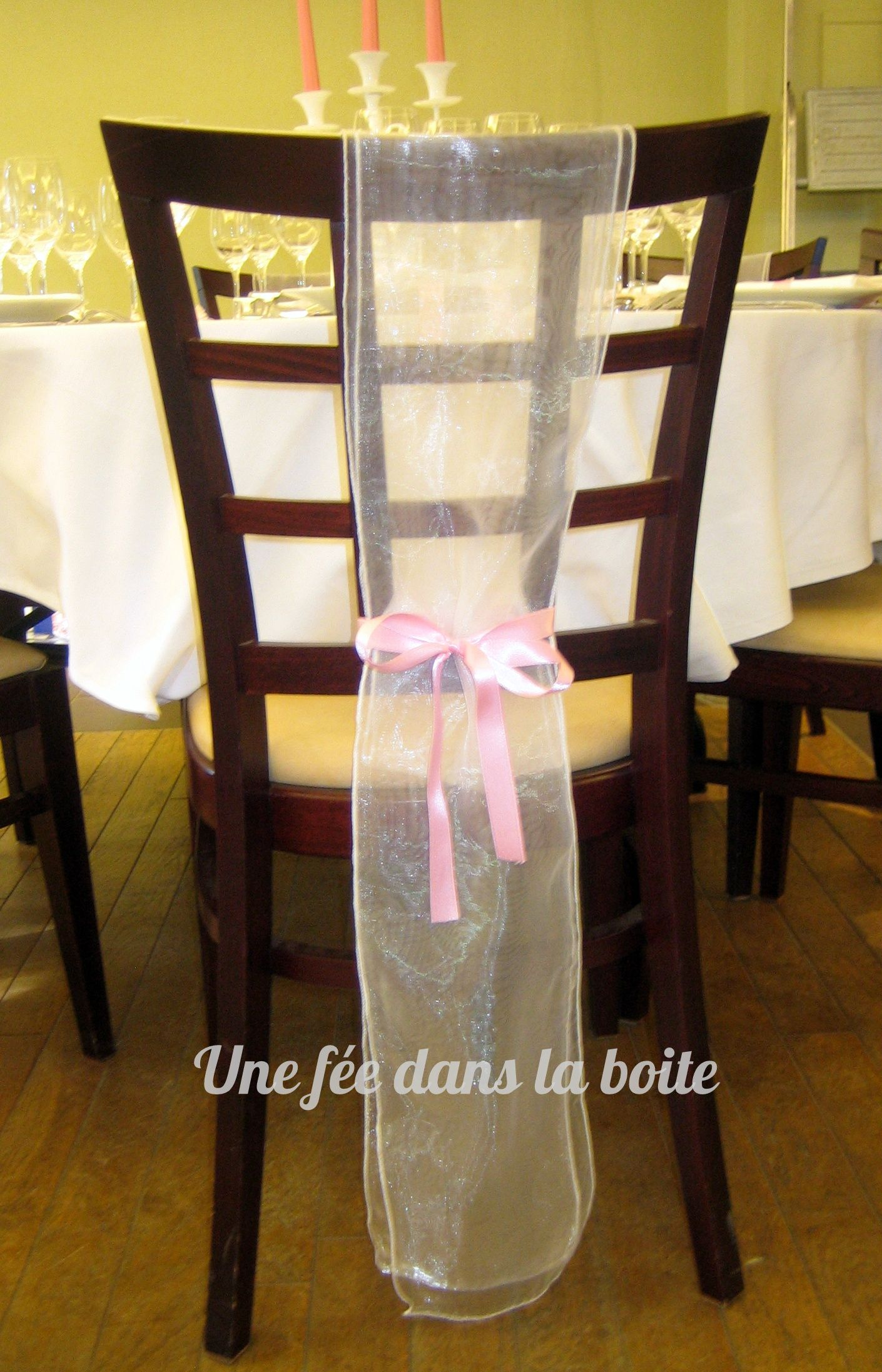 mariage romantique en rose gris et jaune pale d coration de chaise avec un simple voilage d. Black Bedroom Furniture Sets. Home Design Ideas