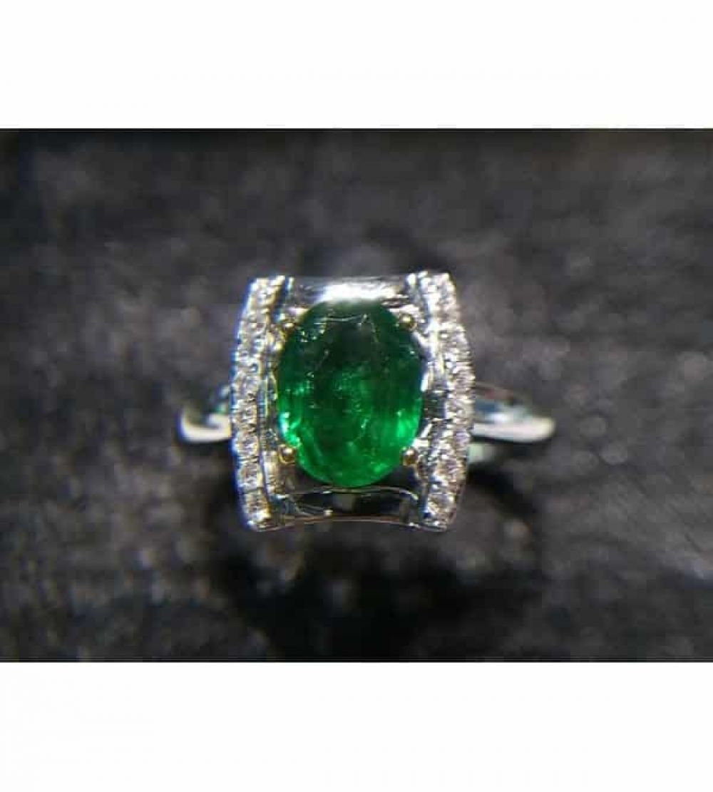 [$1160] 18K Emerald Ring Oval 0.93 Cts @minigrinlv #emerald #emeraldjewelry #finejewelry #finejewelrydesign #gemstonejewelry #gemstonering #jewelryaddict