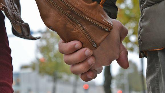 """Avoin keskustelu voi auttaa parisuhteen jaloilleen – """"Jotkut parit ovat uskottomuuskriisin jälkeen läheisempiä"""""""