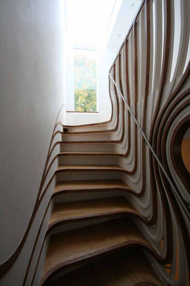 Harfentreppe aus Holz und Eisen in skulpturalem Design