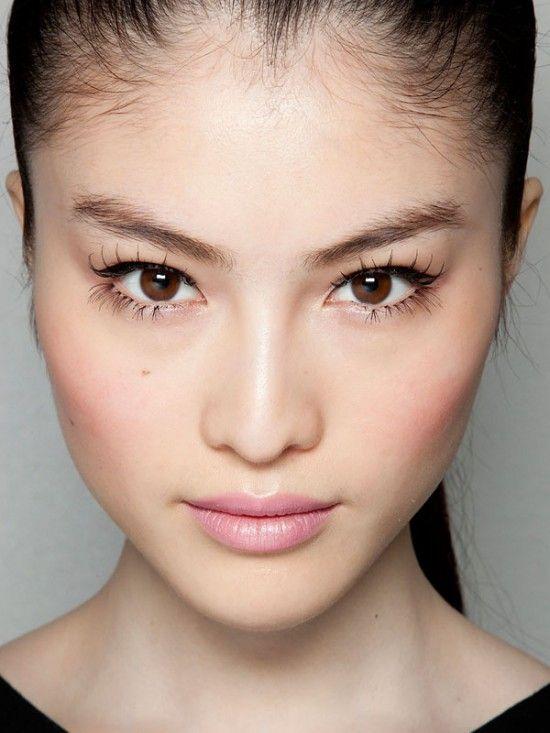 Yeux félins, bouche glacée et lèvres rosées. Elie Saab Couture S/S 2012