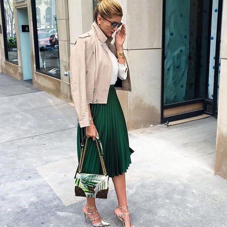 Nádherná zamatová sukňa v krásnej zelenej farbe  IHNEĎ K ODBERU aj v bordovej farbe vo veľkosti UNI 1490