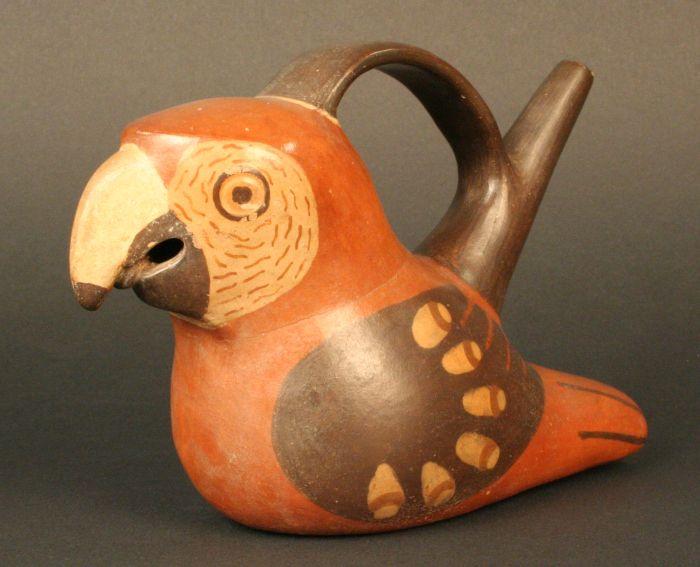 Botella asa puente silbato en forma de guacamayo, 700 - 1100 d.C. Cultura Wari