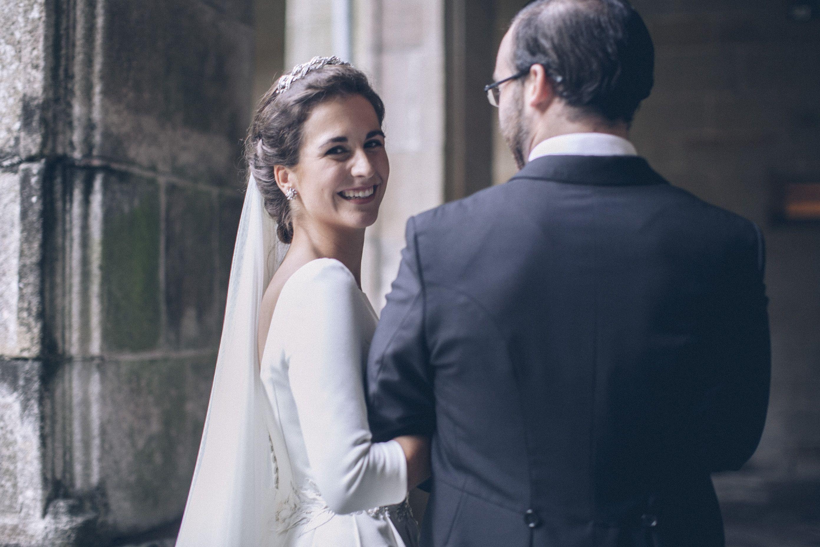 Vestido de novia con falda con pliegues encontrados en otomán de ...