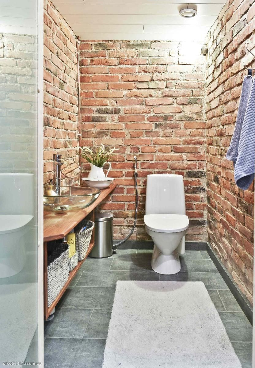 Charmant Red Brick Walls In A Toilet