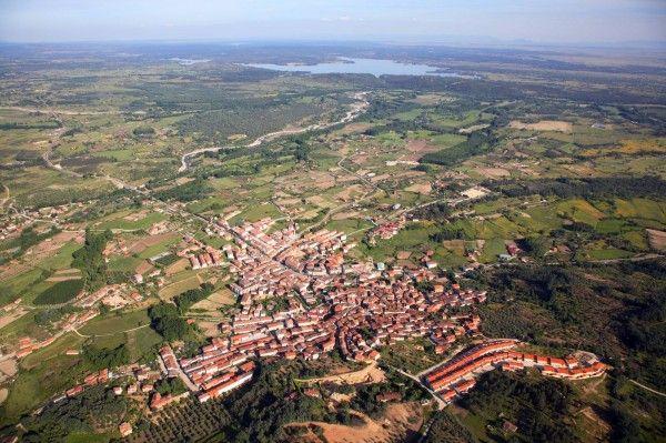 A vista de pájaro, Pantano de Rosarito, Garganta de Alardos, Madrigal de la Vera, comarca de la Vera, Caceres, Extremadura, Spain.  En el centro del pueblo Casa Rural Puerta de la Vera