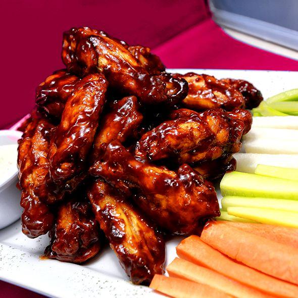 El toque especial que Rooster's le da a las Alitas de Pollo. ugosas alitas en salsa de su elección (BBQ o HOT), acompañadas de bastones de zanahoria, jícama, apio y pepino. Servido con el aderezo de su elección .