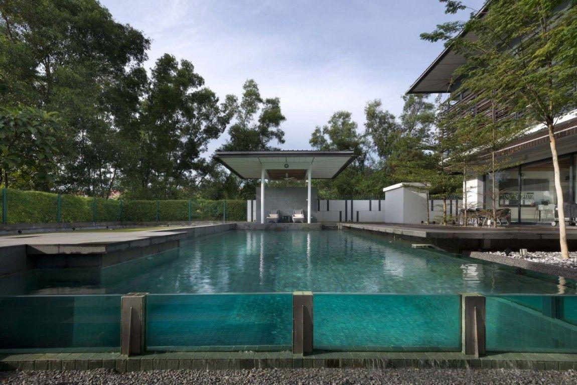 Un grand bassin bordé par une paroi de verre.