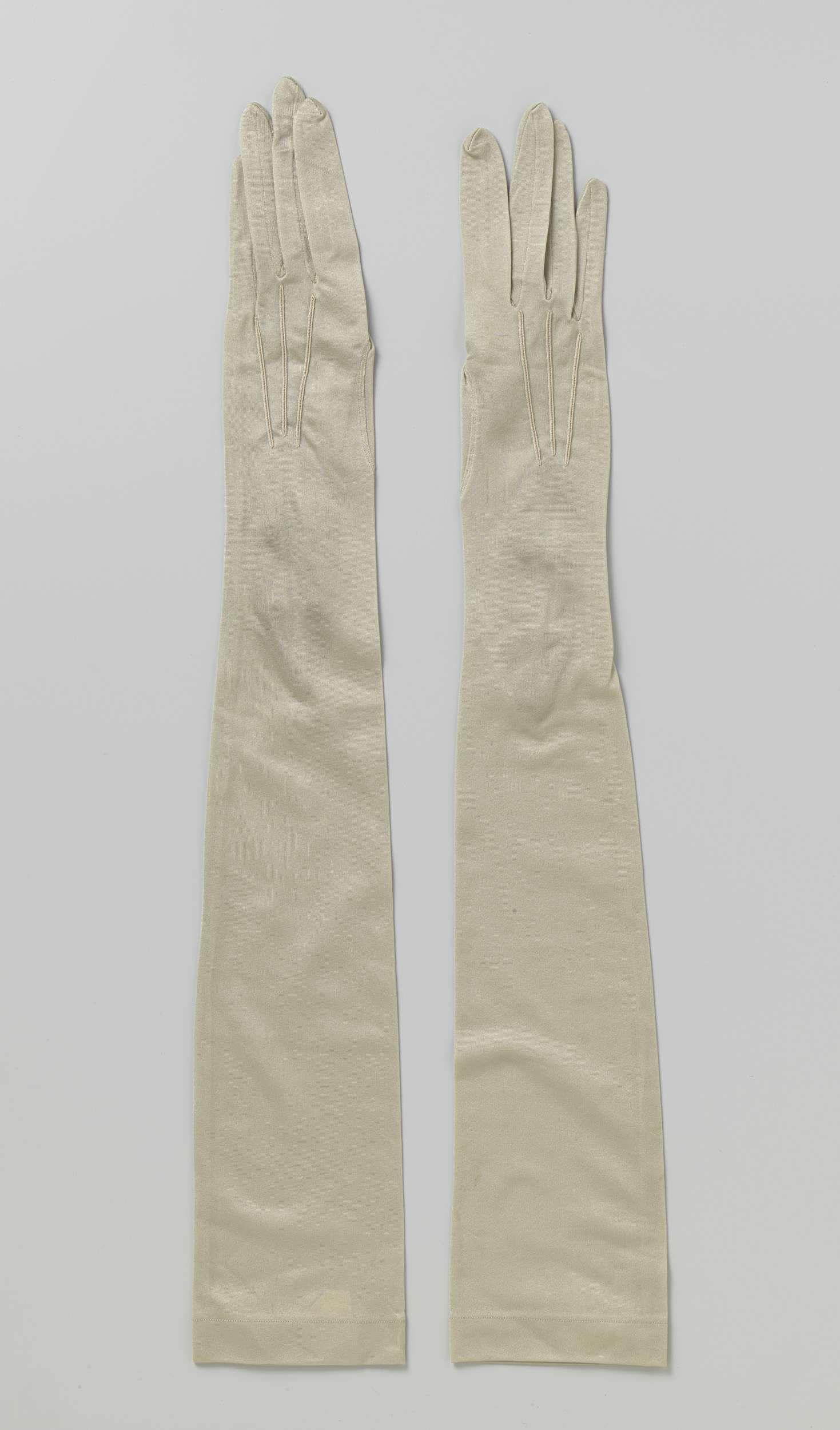 Anonymous | Pair of tricot gloves, Anonymous, c. 1950 - c. 1960 | Linkerhandschoen van bleekgroene stretch zijde met drukknoopsluiting met twee beige drukkknopen.