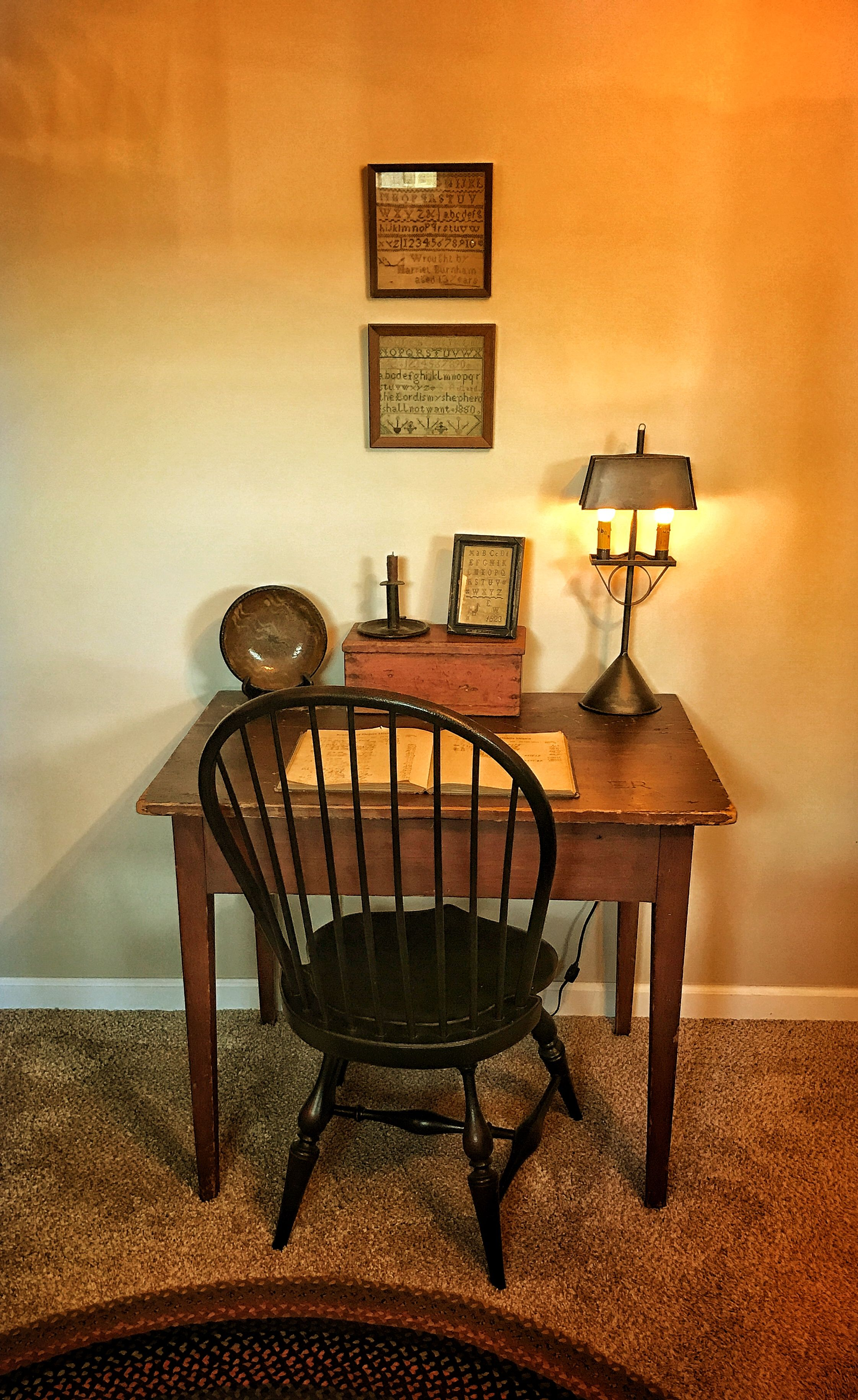 20 Modern Colonial Interior Decorating Ideas Inspired By Beautiful Colonial Homes: Primitive Living Room, Colonial Home Decor, Decor