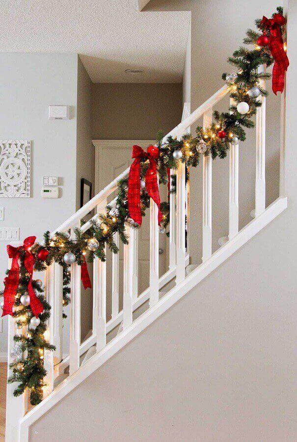 luzes de natal para decoração de escada com arranjos natalinos #luzesdenatal #decoraçãodenatal