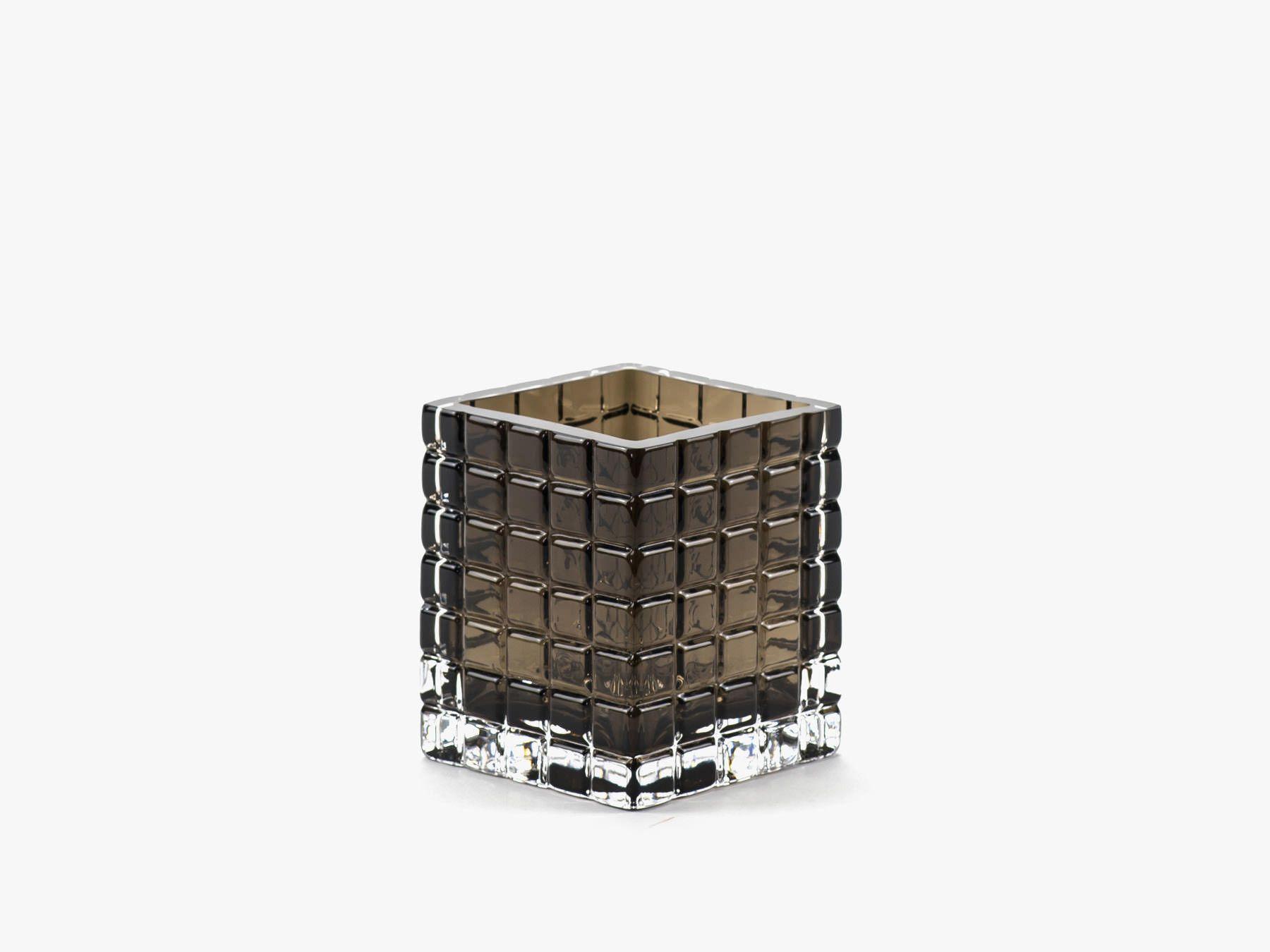 Den fineste lysestage i røget glas fra Louise Roe. Louise laver kun den bedste kvalitet! Moodings giver altid FRI FRAGT på alle ordrer til DK.