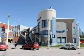 Ostolan liikekeskus.  Etualalla Nordea pankki.