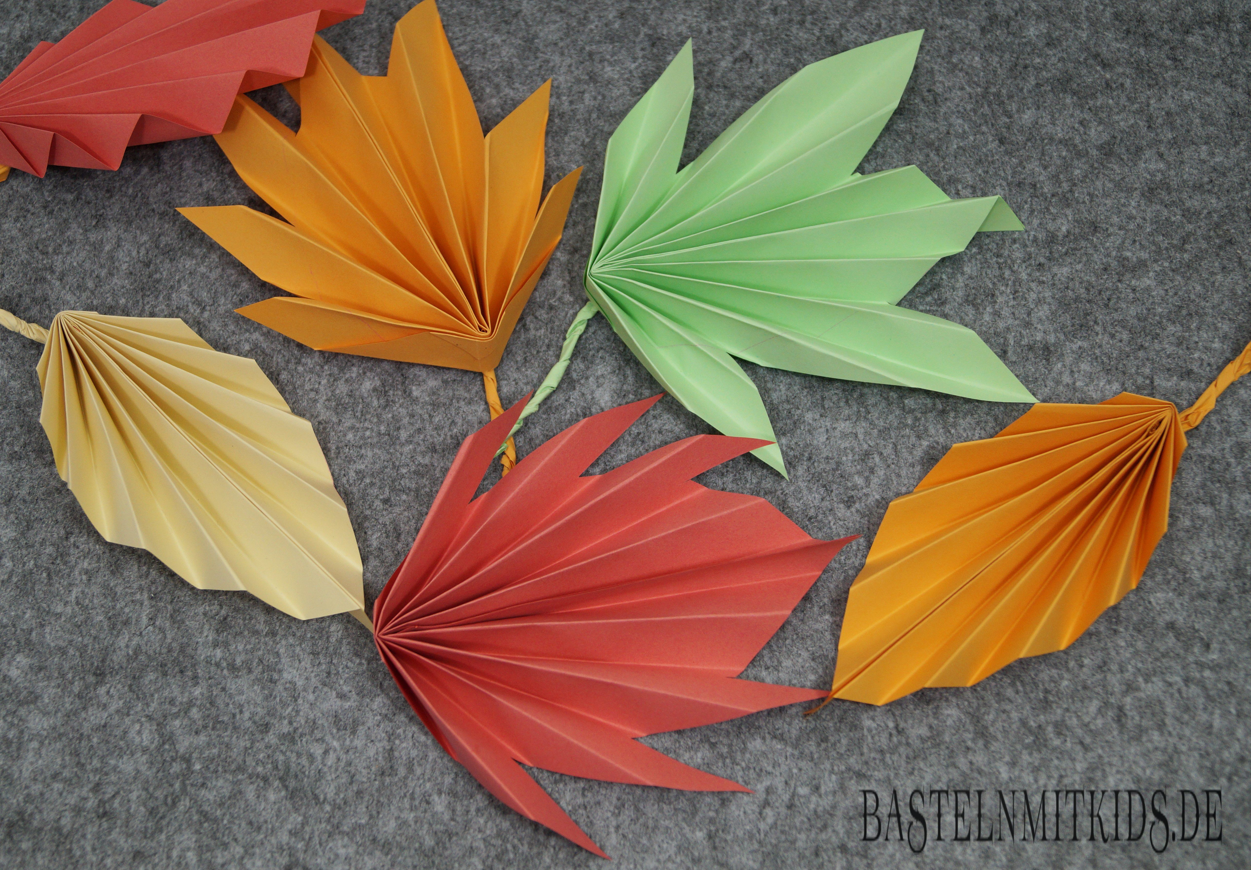 Papier falten f r bunte herbstbl tter basteln mit kindern basteln mit papier basteln - Herbstideen kindergarten ...