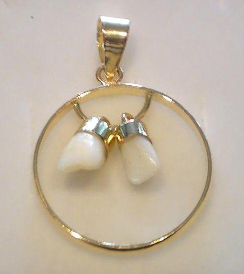 81633352f475 Colgante con dientes de bebé engarzado en oro 18 kl.
