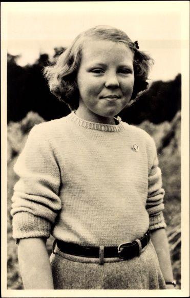 Prinzessin Beatrix in Pullover und Rock
