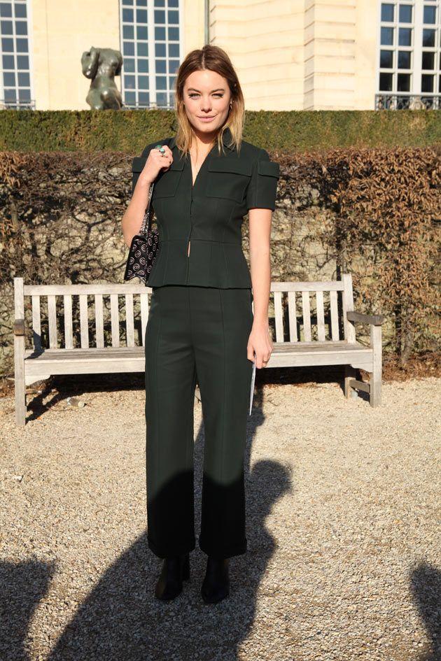 84648901a A modelo Camille Rowe no look todo verde escuro da Dior. Vem ver mais aqui!