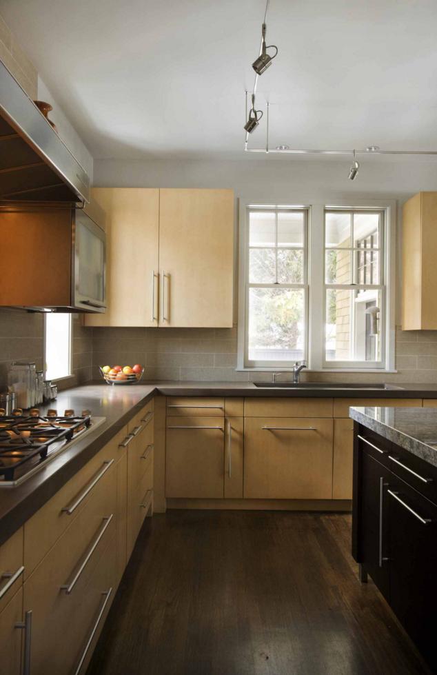 Moderne Küche mit hellen Holzschränke und einer #Caesarstone ...