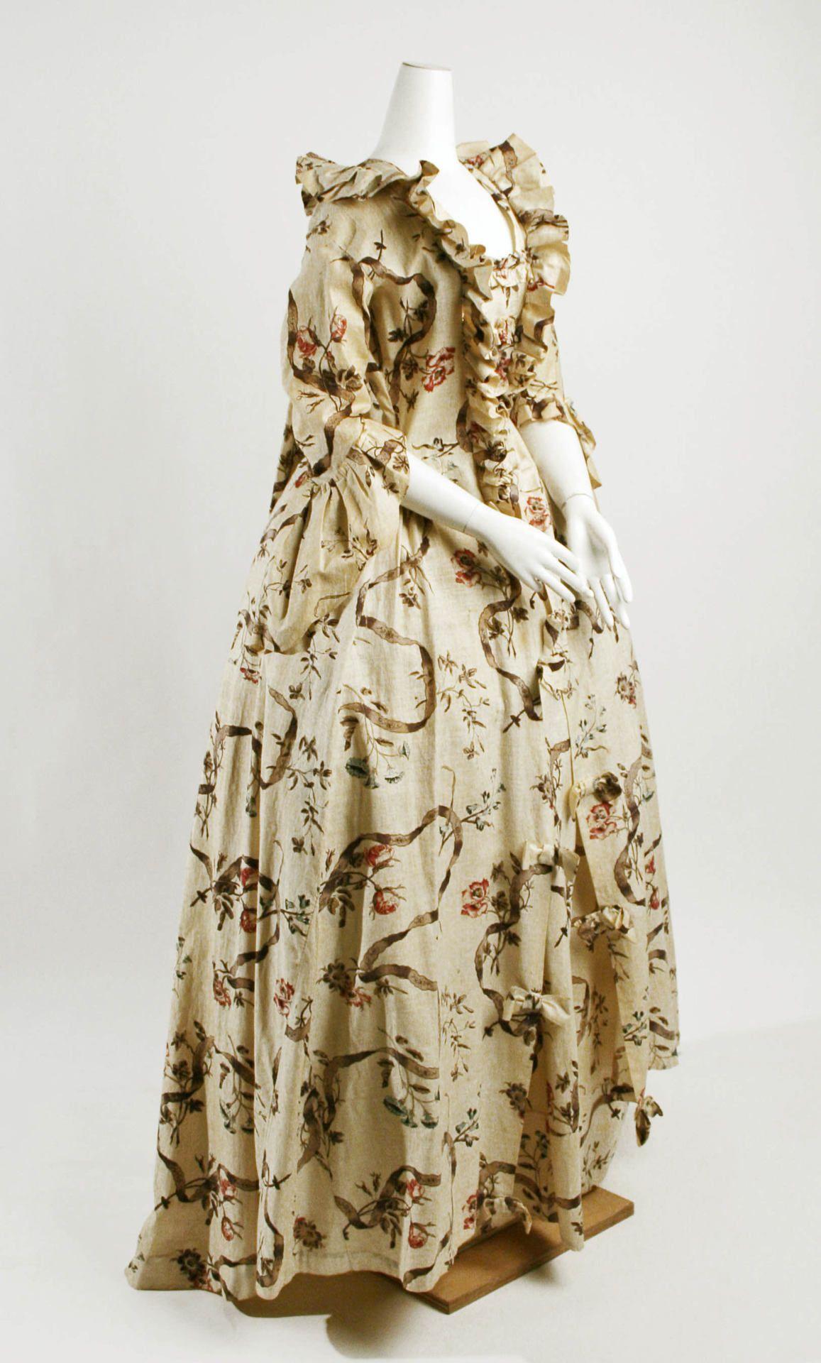 ROBE A LA FRANCAISE 1750-1775 ESCOTE CON VOLANTES