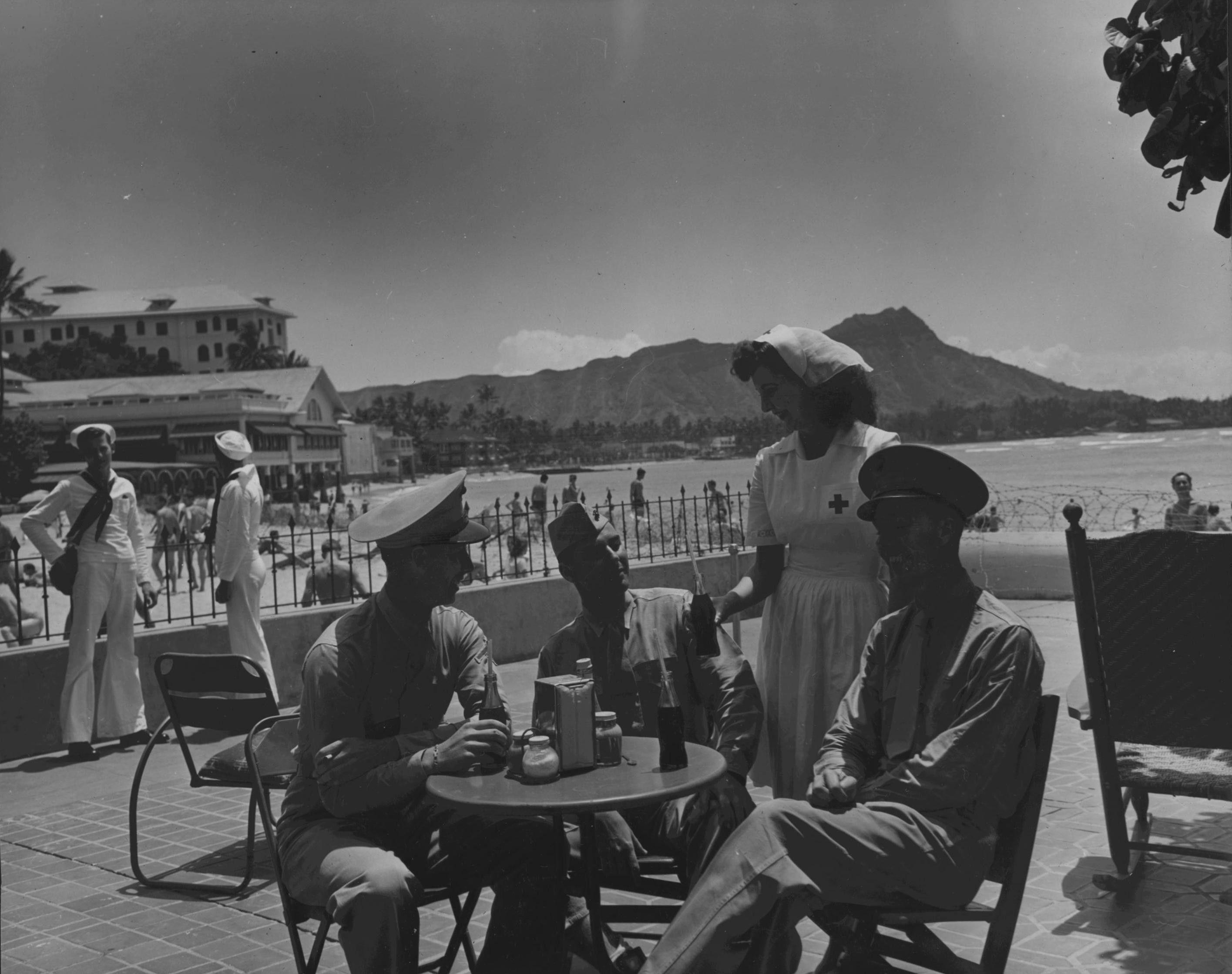 [Photo] US Marines and sailors at the Royal Hawaiian Hotel, Waikiki Beach,  Honolulu, US Territory of Hawaii, 1942