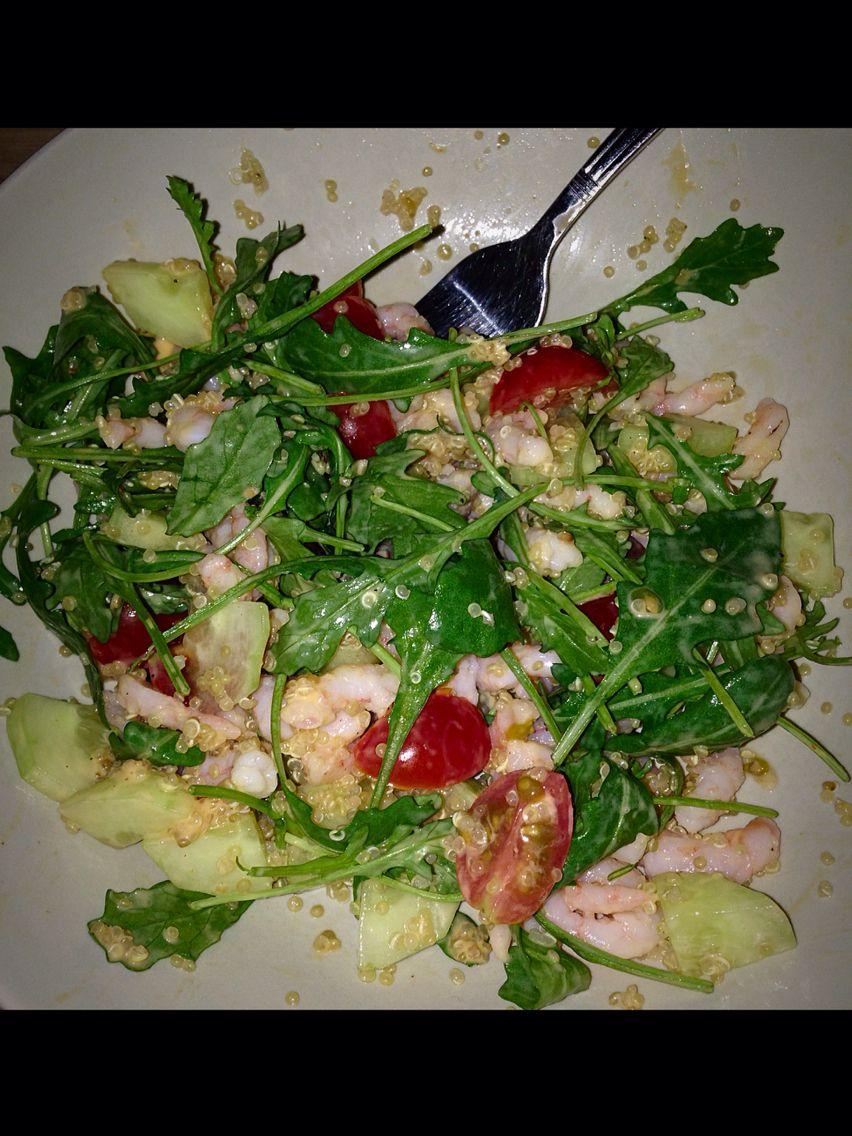 Gezonde salade met garnaaltjes - Quinoa (8 minuten koken en dan af laten koelen) - rucola - cherry tomaatjes - komkommer - bakje Noorse garnalen - verse zwarte peper