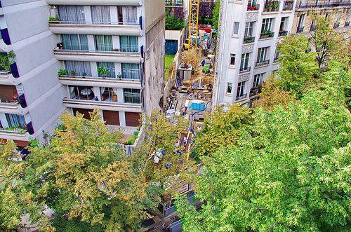 Chantier avenue Gambetta à Paris 18, les fondations sont coulées, le coffrage de la dalle du RDC est en place, pose des entrevous du RDC, du ferraillage de la dalle et des pieuvres électriques