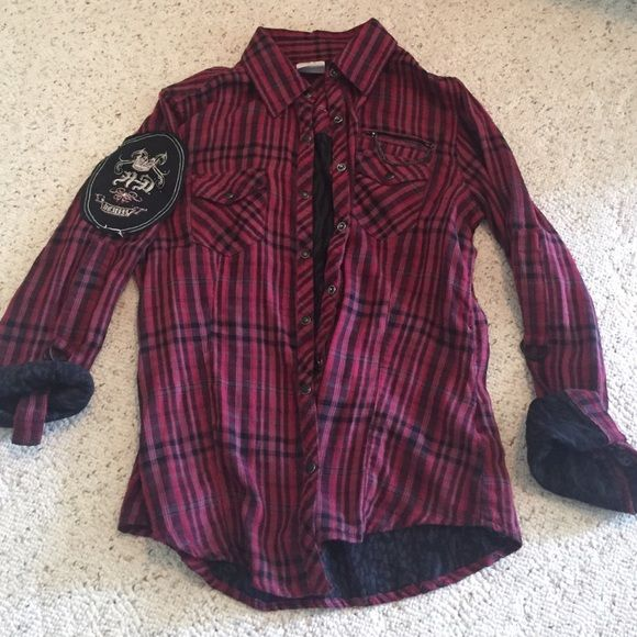 Harley Davidson women's flannel button up shirt The shirt is awesome tons of cool details. Cool Harley Davidson logo on back and left arm. Chain detail on front pocket. Sleeves have secure ties so you can roll them up and they will stay. In excellent condition, only worn a couple times Harley davidson  Tops Button Down Shirts