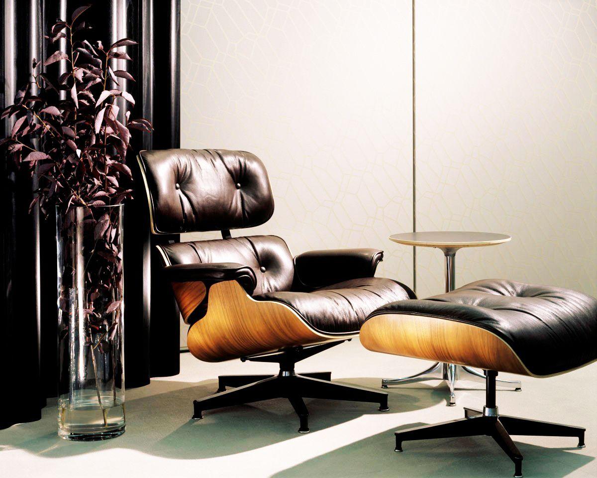 """""""Um sonho Master de Consumo""""  A Lounge Chair é parte permanente da coleção do Museu de Arte Moderna de Nova York. http://www.essenciamoveis.com.br/poltrona-e-pufe-charles-eames É um design clássico que tem sido produzido continuamente desde sua criação. Em parte, o apelo vem do seu conforto, afinal o casal Eames concentrou-se primeiramente na usabilidade em todos os seus projetos."""