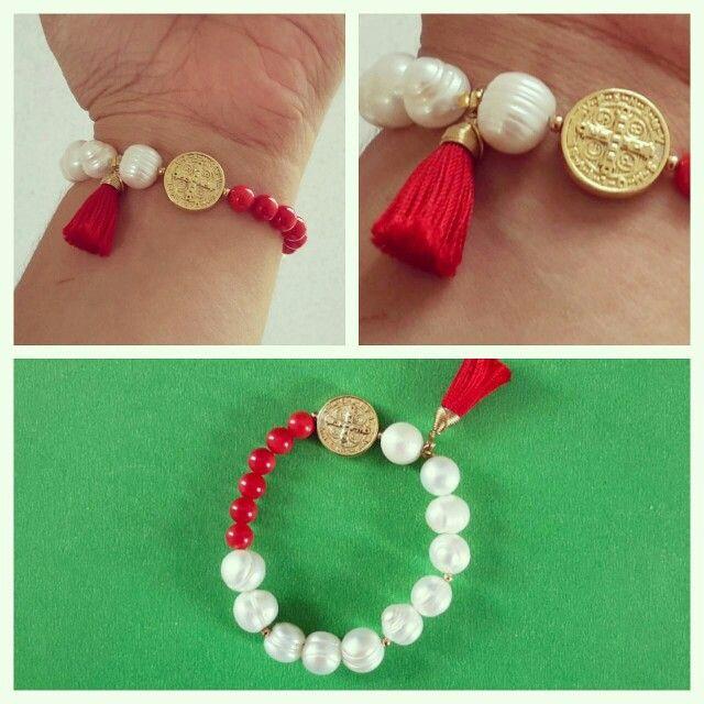 1a19e1d61bd1 Pulsera de perlas de río con coral rojo y medalla de San Benito ...