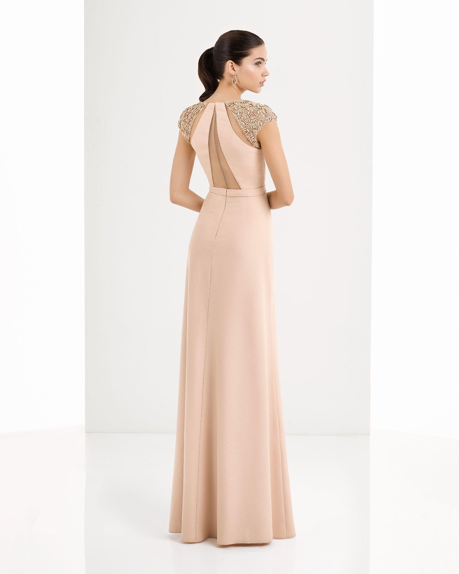 680410ff81 Vestido cingido de crepe georgete com guipura e brilhantes bordado nos  ombros