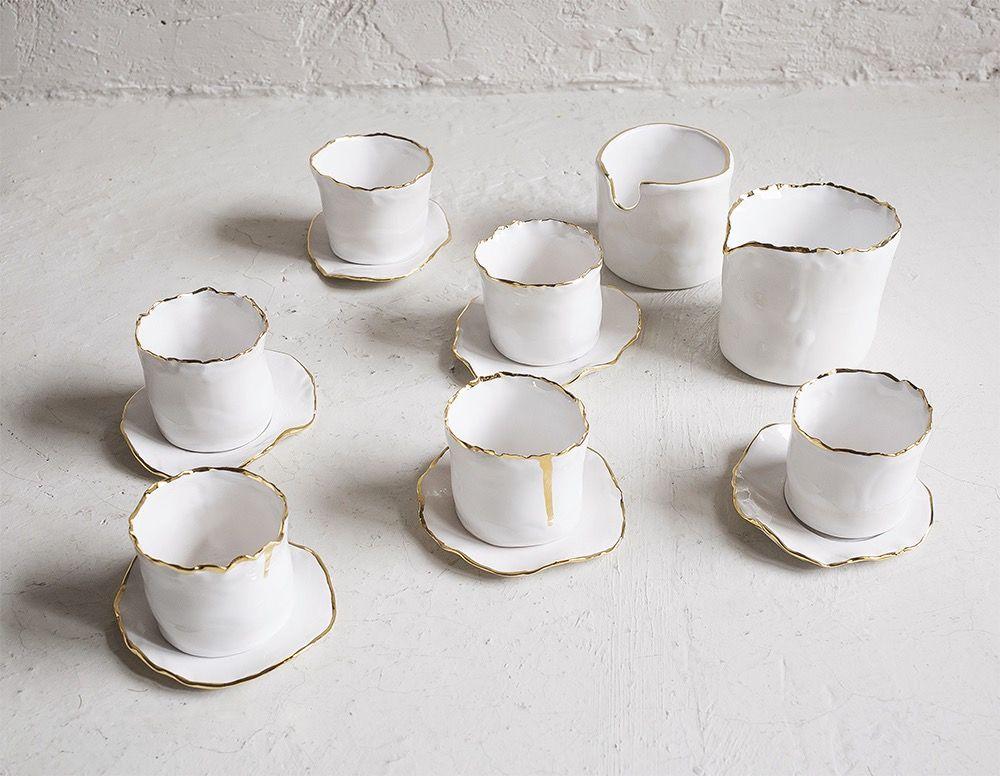 Juego de café en blanco con filo dorado. Juego de 6 tazas con su plato, azucarero y lechera. USOS: Lavavajillas SI Horno Si a menos de 160º...