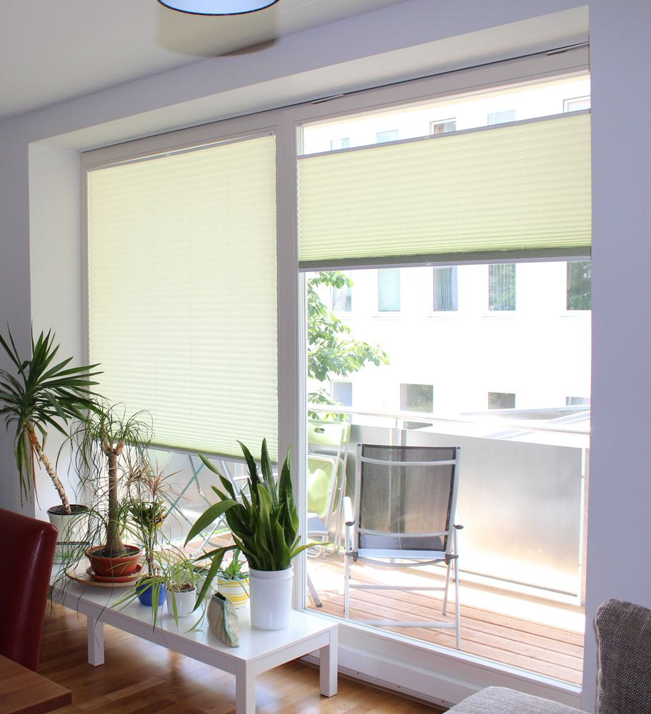 Plissees als Fensterdeko im Wohnzimmer / pleated blinds as window-decoration in a living room # ...