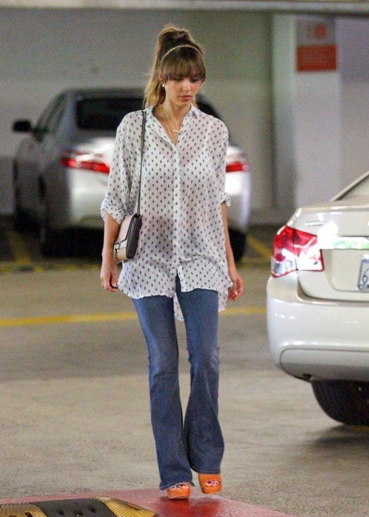 7392e7b01b922 Jessica Alba Flare Jeans | Style And Fashion | Jessica alba outfit ...